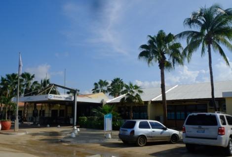 Eingang zur Klinik unter Palmen
